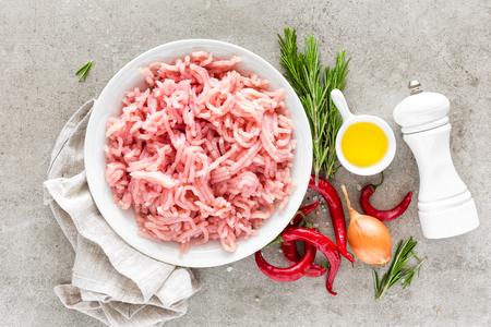 ミンチ。薄い灰色の背景に調理するための食材とひき肉。トップビュー