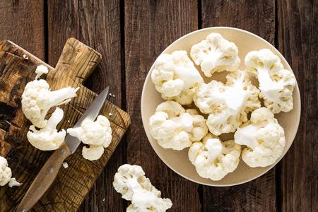Fresh cauliflower on wooden board. Raw cauliflower. Top view Standard-Bild