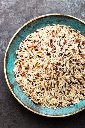 White, brown and black wild rice. Rice in bowl. Foto de archivo - 97351535
