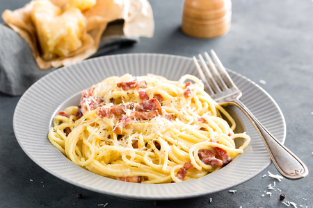 Carbonara pasta, spaghetti with pancetta, egg, hard parmesan cheese and cream sauce. Traditional italian cuisine. Pasta alla carbonara Stockfoto