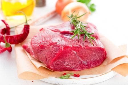 Filet de viande de boeuf cru sur fond blanc avec des ingrédients de cuisine gros plan de viande de boeuf fraîche sur la table de la cuisine Banque d'images - 98287154