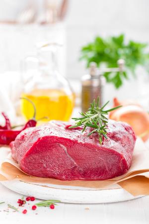 Filet de viande de boeuf cru sur fond blanc avec des ingrédients de cuisine gros plan de viande de boeuf fraîche sur la table de la cuisine Banque d'images - 98287159