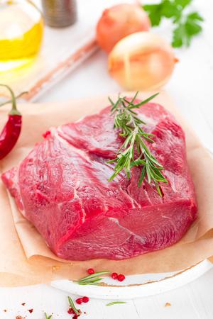 Filet de viande de boeuf cru sur fond blanc avec des ingrédients de cuisine gros plan de viande de boeuf fraîche sur la table de la cuisine Banque d'images - 98287219