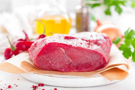 Filet de viande de boeuf cru sur fond blanc avec des ingrédients de cuisine gros plan de viande de boeuf fraîche sur la table de la cuisine Banque d'images - 98287267