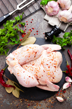 Raw chicken. Fresh whole chicken with ingredients for cooking Stockfoto