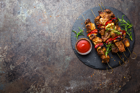 Grilled meat skewers, shish kebab with onion and sweet pepper Imagens