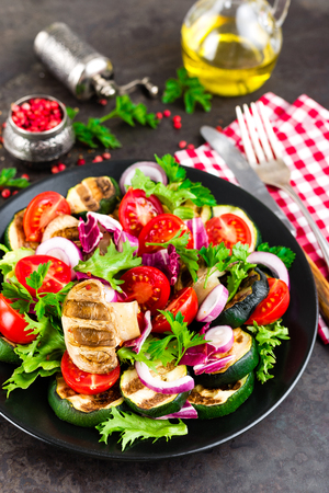 Salad with fresh and grilled vegetables and mushrooms. Vegetable salad with grilled champignons. Vegetable salad on plate. Healthy vegetarian food Standard-Bild - 101277757
