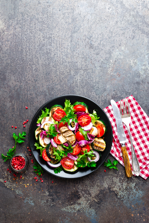 Salad with fresh and grilled vegetables and mushrooms. Vegetable salad with grilled champignons. Vegetable salad on plate. Healthy vegetarian food Standard-Bild - 101277848