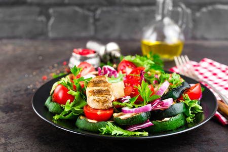 Salad with fresh and grilled vegetables and mushrooms. Vegetable salad with grilled champignons. Vegetable salad on plate. Healthy vegetarian food Standard-Bild - 101277863
