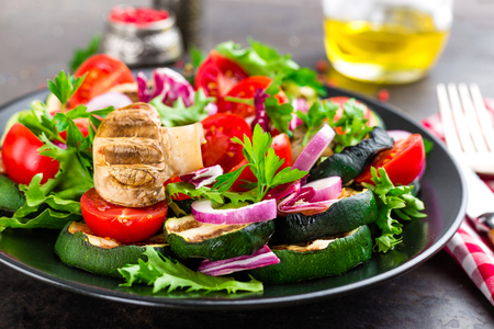 Salad with fresh and grilled vegetables and mushrooms. Vegetable salad with grilled champignons. Vegetable salad on plate. Healthy vegetarian food Standard-Bild - 101277904