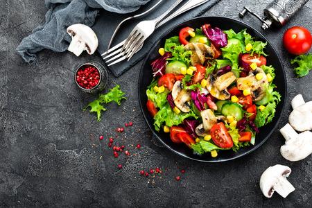 Salat mit frischem und gegrilltem Gemüse und Pilzen . Gemüsesalat mit gegrilltem Gemüse . Salat auf der Platte . Gesundes vegetarisches Essen Standard-Bild - 102012646