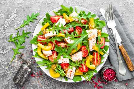 Chicken salad. Meat salad with fresh tomato, sweet pepper, arugula and grilled chicken breast. Chicken fillet with fresh vegetable salad Zdjęcie Seryjne