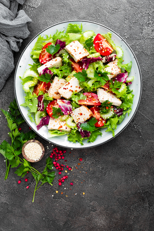 Meat salad with fresh vegetables. Vegetable salad with baked chicken breast. Vegetable salad with chicken fillet on plate Stockfoto - 103953982