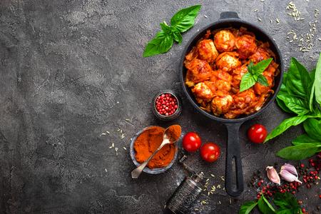 Gehaktballen. Gehaktballetjes in tomatensaus met wortel en ui