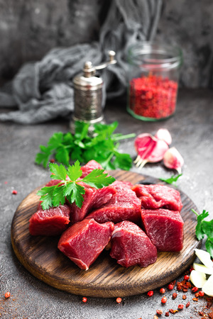 Raw beef meat. Fresh sliced beef sirloin Foto de archivo - 104946250