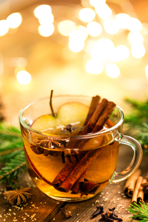 Mulled cider with cinnamon, cloves and anise. Traditional Christmas drink Imagens - 108612328