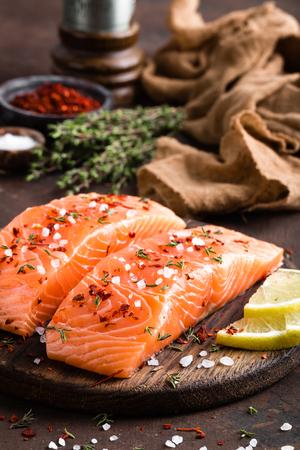 Filet de poisson saumon frais sur planche de bois