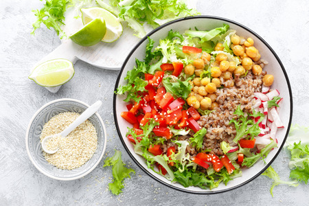 Healthy and delicious bowl with buckwheat and salad of chickpea, fresh pepper and lettuce leaves. Dietary balanced plant-based food. Vegan and vegetarian dish. Top view. Flat lay 版權商用圖片 - 113647126