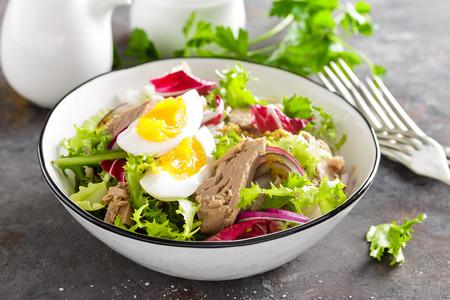 Thunfischsalat in Schüssel. Mediterranes Essen. Frischer Salat mit Thunfischkonserven. Gesunde Ernährung Standard-Bild