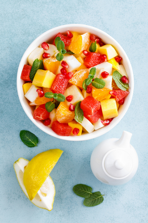 Healthy vegetarian fresh fruit salad with apple, pear, tangerine, grapefruit, mango, pomegranate and lemon juice Stockfoto