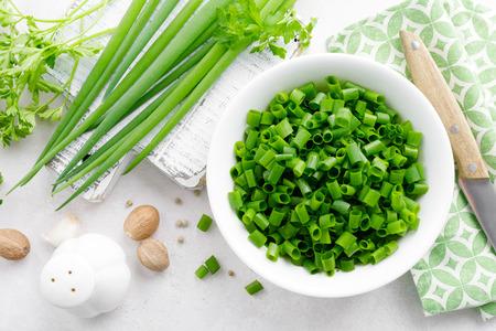 Cebolla verde fresca en rodajas en un tazón Foto de archivo