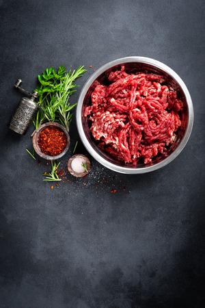 Gehakt. Gemalen vlees met ingrediënten om te koken Stockfoto