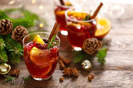 Christmas mulled wine. Traditional festive drink  版權商用圖片