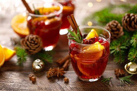 Kerst glühwein. Traditionele feestelijke drank met decoraties en dennenboom
