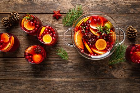 Christmas punch. Festive red cocktail, drink with cranberries and citrus fruits in a punch bowl and glasses 版權商用圖片