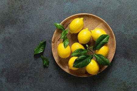 Fresh lemons with leaves, summer citrus lemonade ingredient Reklamní fotografie