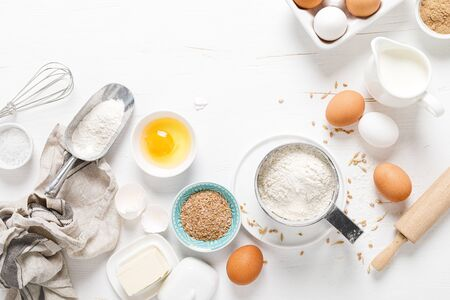 Baking homemade bread on white kitchen worktop with ingredients for cooking, culinary background, copy space, overhead view Stockfoto