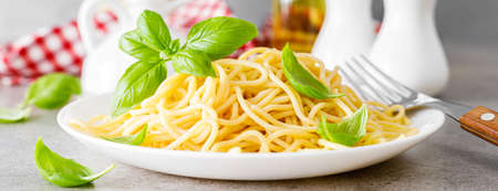 Pasta. Traditional italian food. Vermicelli with fresh basil. Banner Stockfoto