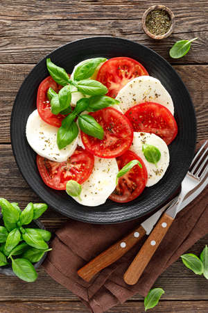 Caprese salad. Salad with mozzarella cheese, fresh tomatoes, basil leaves and olive oil. Italian cuisine Stockfoto