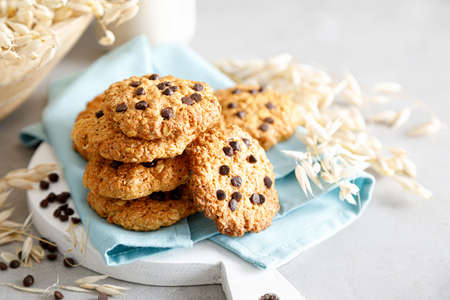 Homemade oatmeal cookies with chocolate drops and milk for breakfast. 版權商用圖片