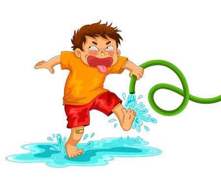 wenig spitzbübisch Junge spielt mit dem Wasserschlauch