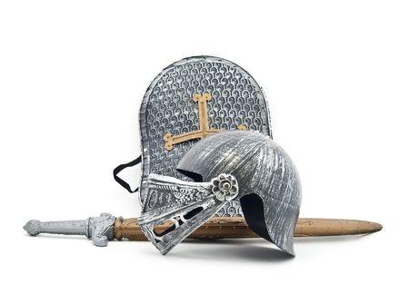 espadas medievales: Toy blindaje del caballero: una Junta, una espada, un casco  Foto de archivo