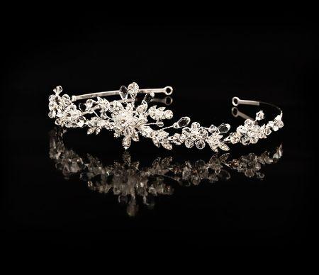 reflexion: Diadema de diamante sobre un fondo negro con reflexi�n