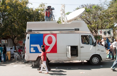 mococa: Bangalore India - January 30 2011: An Indian news channels OB Van covers an art fair in Bangalore. There has been a rapid growth in Indian media over the last decade, and over 500 channels are broadcast in numerous languages. Hindi and English are the mo Editorial