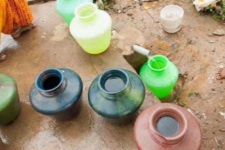 mundo contaminado: El agua es precioso y escaso en la mayor�a del mundo Foto de archivo