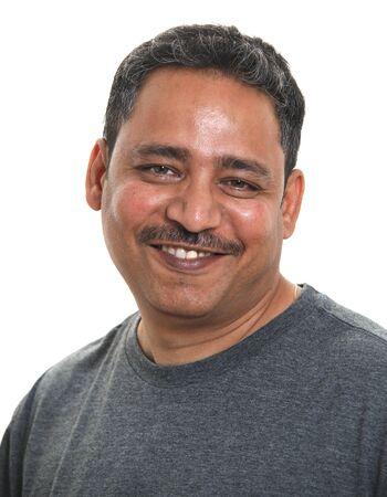 Un Indien souriant dans un studio sur un fond blanc Banque d'images