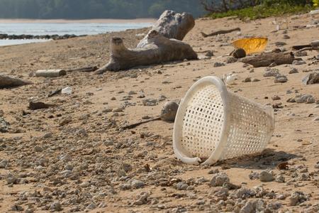 contaminacion del agua: Playa Sucia en la isla de Peque�a Andam�n en el Oc�ano �ndico llena de pl�stico. La contaminaci�n de los ecosistemas costeros, pl�stico natural y playas.