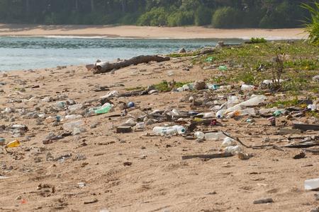 Vuile strand op het eiland Little Andaman in de Indische Oceaan bezaaid met plastic. Vervuiling van ecosystemen langs de kust, natuurlijke plastic en stranden.