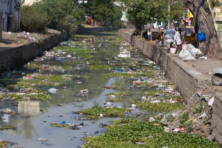contaminacion del agua: río contaminado plástico en la India, Tamil Nadu Foto de archivo