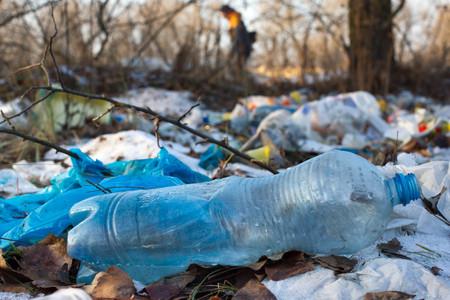 ビニール袋や他の山は、埋め立て地に投棄された石油製品を洗練されました。ガベージ ヒープを与える地面に潜入します。廃棄物の分別が必要です 写真素材