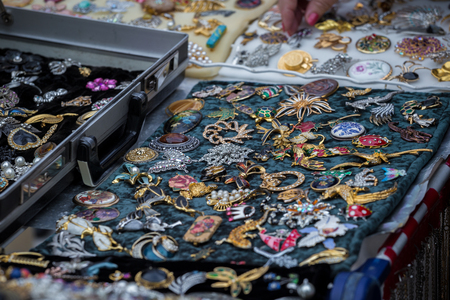 Collection of retro brooches at the flee market Stockfoto