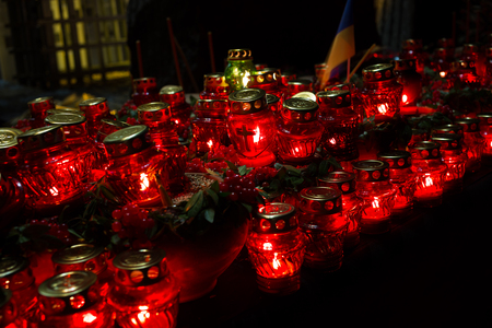 Red candles at night near the holodomor memorial. Honoring the memory of victims of famines in Ukraine. Golodomor Stockfoto