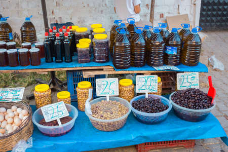 Selling Turkish olives in local market place in Turkey. Marinaded green and black olives in bazar. Reklamní fotografie