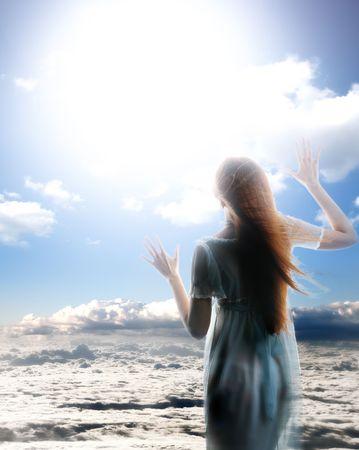 angel hair: Ni�a �ngel en el cielo azul ver dios  Foto de archivo