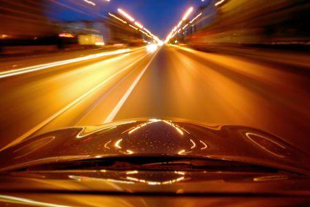 Auto schnell fahren auf der Autobahn in der Nacht Standard-Bild