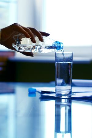 hand water: fresh pause in business meeting